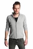 7e5826fca500 Ein mann in seinem 20s tragen ein graues hemd stand vor einem weißen  hintergrund suchen direkt