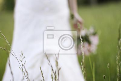 Eine Braut Auf Der Wiese Halt Ihren Rosa Hochzeitsstrauss Fototapete