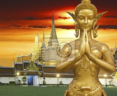 Eine goldene Statue Kinnari Sawaddee Aktion demonstrieren