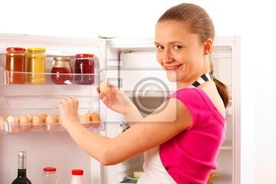Kühlschrank Ei : Eine kiste voller eier auf einem kühlschrank regal lizenzfreie
