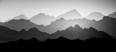 Fototapete Eine schöne, abstrakte monochrome Berglandschaft. Dekorativer, künstlerischer Look im Schwarz-Weiß-Stil.
