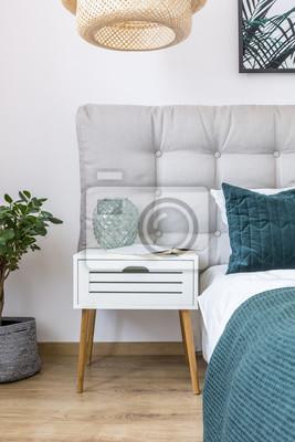Einfaches schlafzimmer mit weißem nachttisch fototapete ...