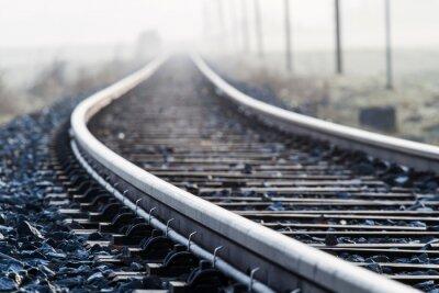 Fototapete Einspurige Bahnlinie im Morgennebel