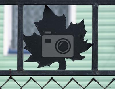 Eisen Ahornblatt Auf Dem Zaun Vor Der Grunen Haus Fototapete