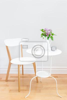 Elegantes Interieur Mit Tisch Stuhl Und Bouquet Von Flieder