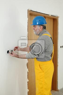 Elektriker auf der baustelle installieren elektrischen stecker ...