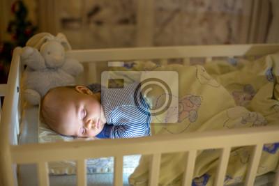 Entzückendes neugeborenes baby schlafend in der krippe nachts