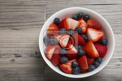 Erdbeeren und Heidelbeeren in einer Schüssel mit Kopiebereich Horizontal
