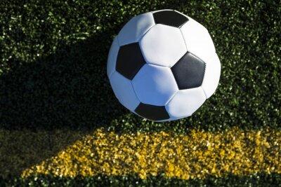 Erhöhte Ansicht der Fußball auf dem Feld