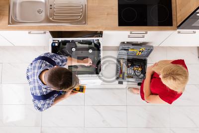 Erhohte Ansicht Der Mannlichen Arbeiter Reparieren Waschmaschine