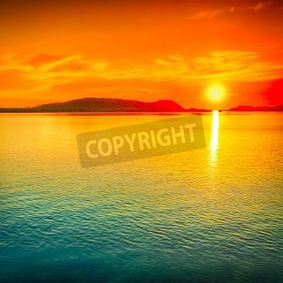 Fototapete Erstaunlicher Sonnenuntergang über dem Meer.