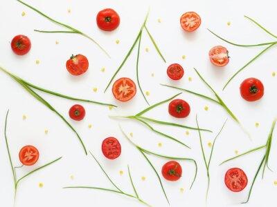 Fototapete Essen Sie ein Muster von frischen Tomaten und grünen Zwiebeln. Gemüse Essen Hintergrund. Schneiden Sie Tomaten auf einem weißen Hintergrund.