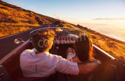 Fototapete Fahren in den Sonnenuntergang. Romantische junge Paare, die Sunset Drive in klassischer Weinlese-Sport-Auto-