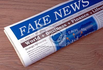 Fototapete Fake News Zeitung Am Schreibtisch Im Büro   Propaganda Und  Manipulation