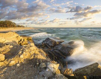 Fototapete Fale rozbijające się o umocniony brzeg na Helu