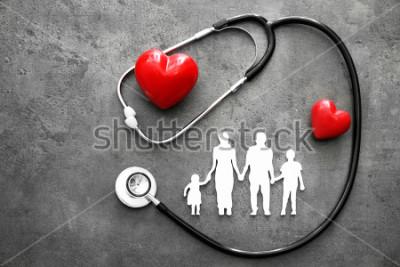 Fototapete Familienfigur, rote Herzen und Stethoskop auf grauem Hintergrund. Gesundheitskonzept