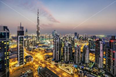 Fototapete Fantastische Luftaufnahme von Dubai, Vereinigte Arabische Emirate, bei Sonnenuntergang. Futuristische Architektur einer großen modernen Stadt im dramatischen Licht. Bunte nächtliche Skyline. Reise-Hin