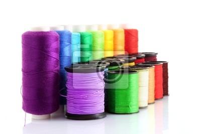 Farbige Spulen des Threads auf weiß isoliert