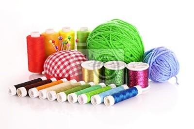 Farbige Spulen von Threads, Wolle Bälle und Kissen für Pins i