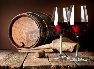 Fototapete Fass und Weingläser von Rotwein auf einem Holztisch