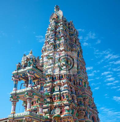 Fassade eines Hindu-Tempel in Sri Lanka mit Skulpturen von Gottheiten