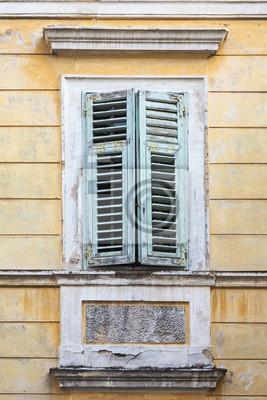 Fototapete Fenster Mit Grunem Fensterladen In Einem Gelben Alten Haus