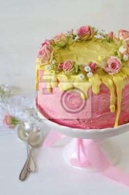 Festliche Rosa Erdbeer Buttercreme Torte Mit Gelb Eingefarbtem