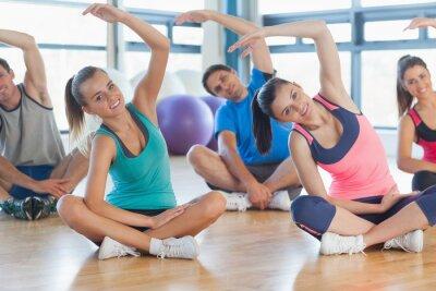 Fototapete Fitness Klasse und Lehrer sitzen und sich die Hände