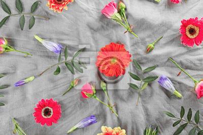 Flache Lacke von frischen Blumen auf textilen Hintergrund