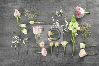 Flache Laibung von frischen Blumen auf grauem Hintergrund