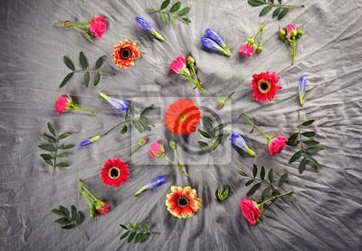 Flache Laibung von frischen Blumen auf textilen Hintergrund