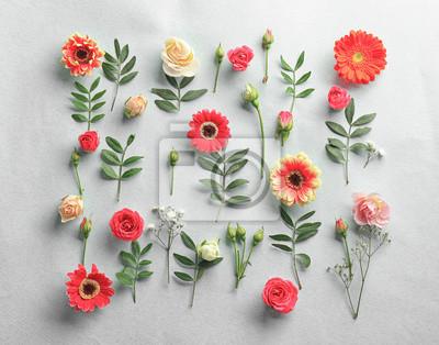 Flache Laibung von frischen Blumen auf weißem Hintergrund