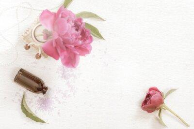 Flasche ätherisches Öl-Badekurort-Thema wendet mit frischer Pfingstrose-Blumen gealtertem Foto-altem Fotoeffekt ein. Geringe Tiefenschärfe.