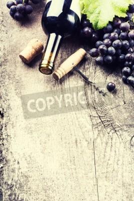 Fototapete Flasche dunkler Wein, Traube und Korken auf alten hölzernen Hintergrund