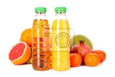 Flaschen Saft mit reifen Früchten auf weißem Hintergrund