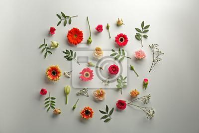 Flat legen von frischen Blumen auf weißem Hintergrund