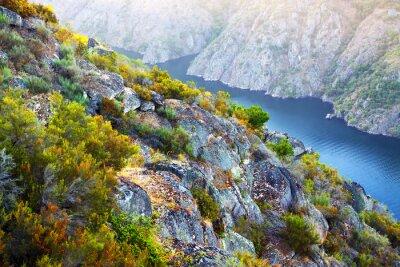 Fototapete Fluss mit hohen Felsenbänken