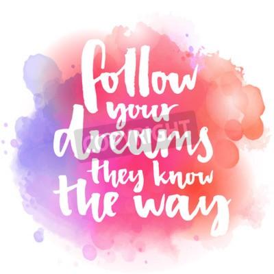 Fototapete Folge deinen Träumen Sie kennen den Weg. Inspirierend Zitat über Leben und Liebe. Moderne Kalligraphie Text, handschriftlich mit Pinsel auf rosa und orange Aquarell splash Hintergrund mit Bokehs.