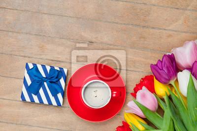 Foto Von Tasse Kaffee Süßes Geschenk Und Bunte Tulpen Auf Dem
