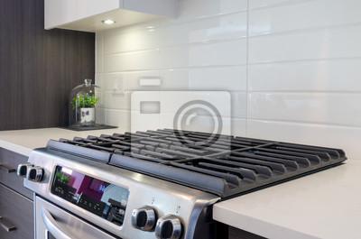 Fragment einer modernen küche mit einem gasherd. fototapete ...