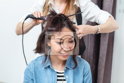 Frisuren Mit Lockenstab | Frau Friseur Machen Frisur Mit Lockenstab Fur Lange Fototapete