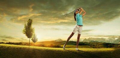 Fototapete Frau Golfspieler, der den Ball auf der Landschaft schön