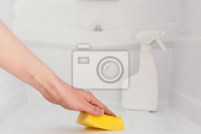 Kühlschrank Reinigen : Frau hand reinigen weißen kühlschrank mit gelbem schwamm in der