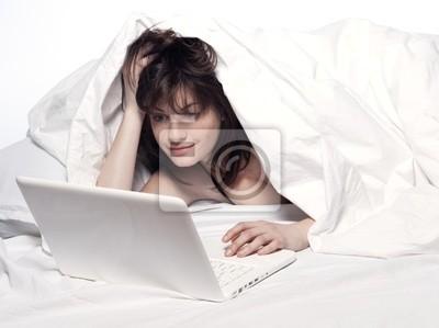 Frau im Bett Erwachen
