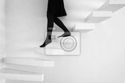 treppe in minimalistischem stil bilder, frau in schwarzem kleid auf treppe in minimalistischem design, Design ideen