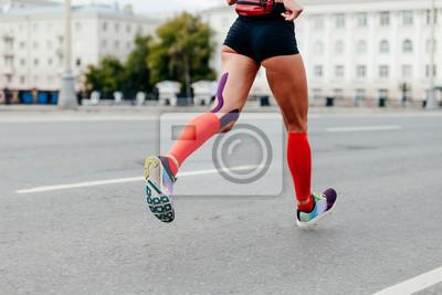 221f00389e3380 Fototapete Frau läuft Stadt Marathon in Kompression Socken und Kinesiotape  Oberschenkel