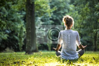 Fototapete Frau meditiert und praktiziert Yoga im Wald