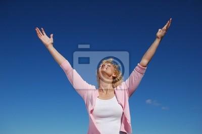 Frau mit ihren Armen weit offen
