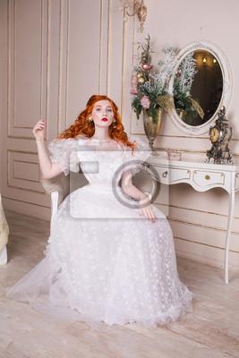 Frau Mit Langen Roten Lockigen Haaren In Einem Weissen Jahrgang