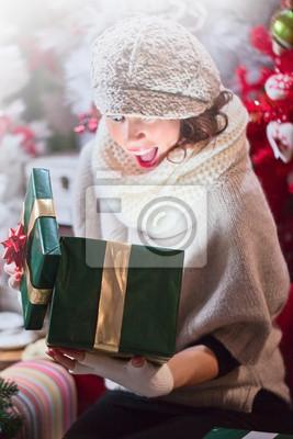 Frau öffnet Super Weihnachtsgeschenk